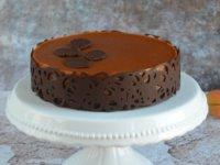 Sósmogyorós karamell-csoki mousse torta sárgabarackkal, csokikerítéssel